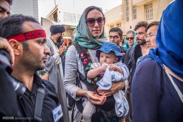 السياح الأجانب في مدينة يزد يحضرون مراسم العزاء الحسينية 7