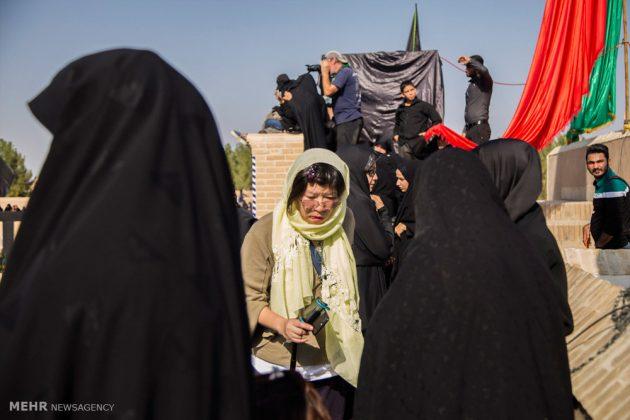 السياح الأجانب في مدينة يزد يحضرون مراسم العزاء الحسينية 9