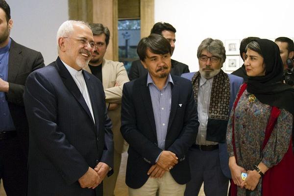 ظریف از نمایشگاه «نیمروز» هنرمندان افغان بازدید کرد2