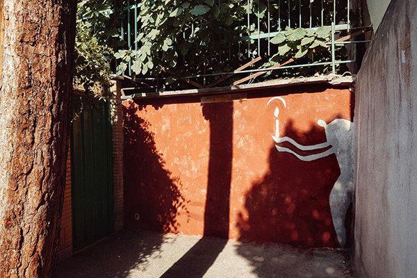 Pintor iraní que representa la soledad en las pinturas murales5