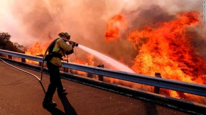 A firefighter battles a fire in Simi valley on Nov. 12, 2018 / Photo by AP