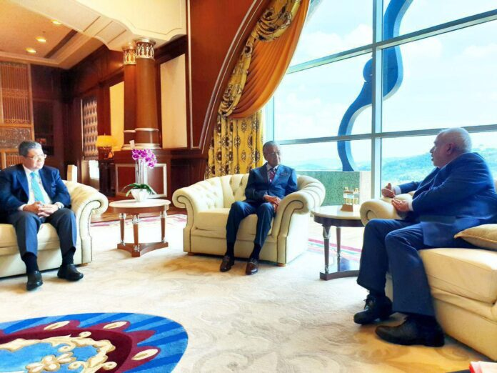 Iran's Foreign Minister Mohammad Javad Zarif meets with Malaysian Prime Minister Mahathir Mohamad on August 29, 2019 in Kuala Lumpur / Photo by the Iranian Foreign Ministry