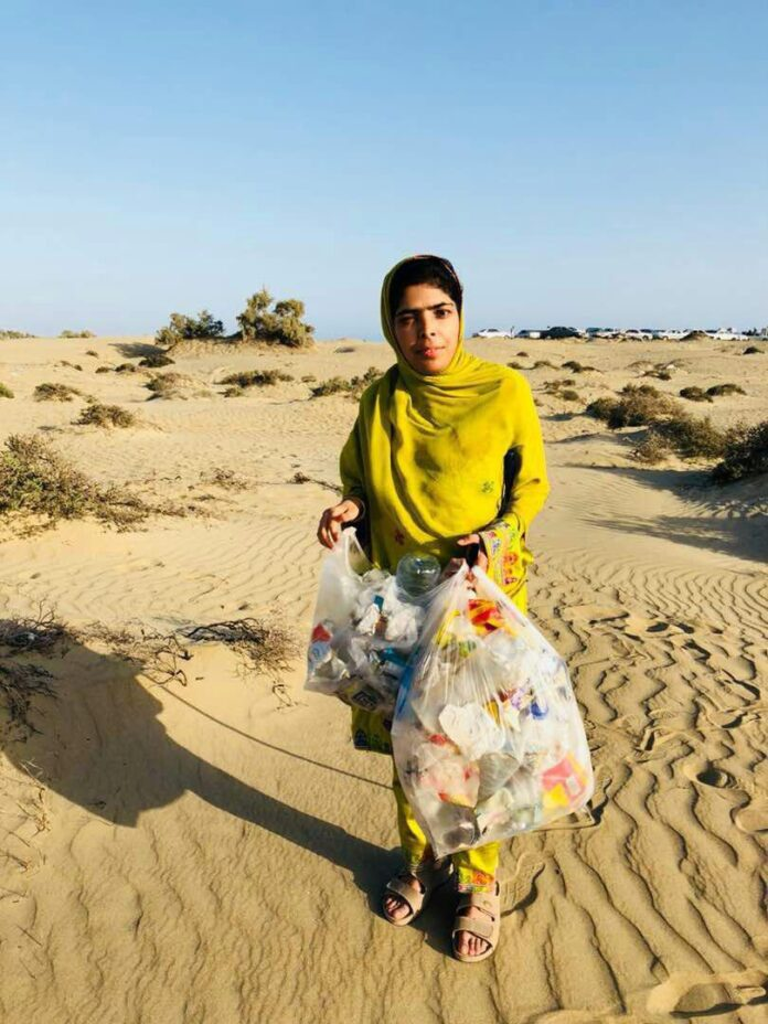 Blind Girl Collects Trash at Chabahar to Raise Awareness (2)