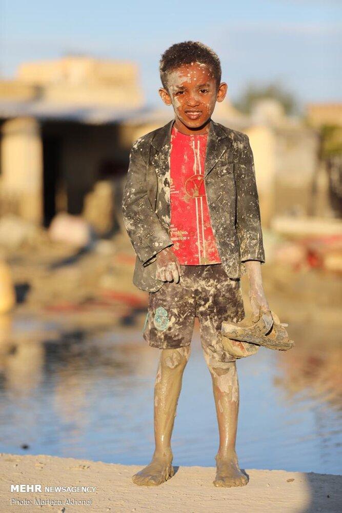 Flood-hit children in Jask - Iran Flood
