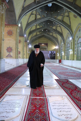 Leader Pays Tribute to Imam Khomeini ahead of Revolution Anniversary
